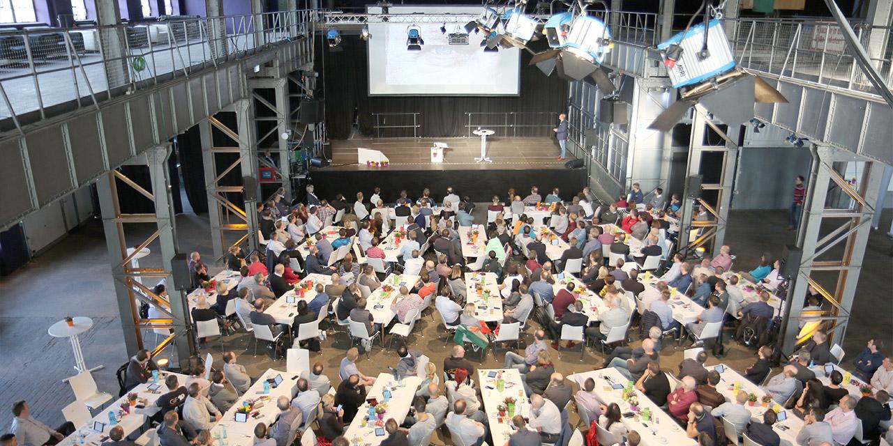 Live-Workshop mit 350 MitarbeiterInnen um die Themen des Leitbilds in Aufgabe zu wandeln und nach Wichtigkeit zu priorisieren.